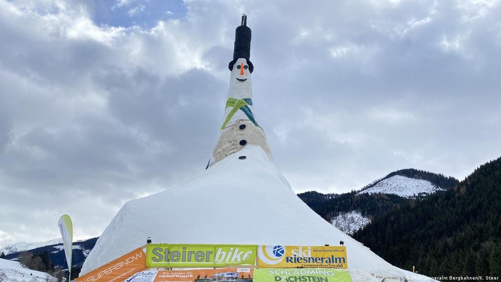 Житель Австрии Герхард Пир слепил самого большого в мире снеговика